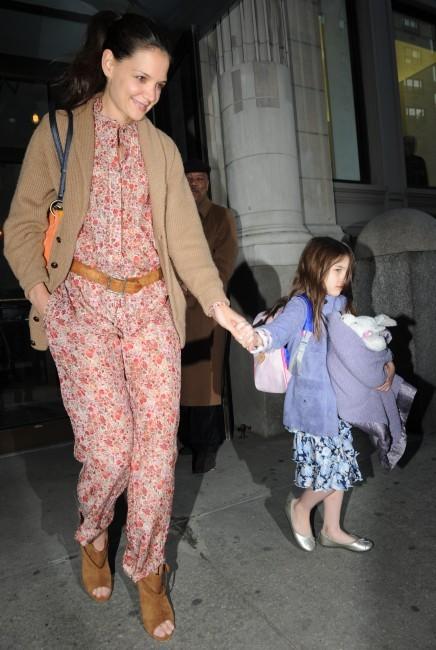 Suri-Cruise-et-sa-maman-Katie-Holmes-a-l-heliport-de-New-York-le-27-mars-2012_portrait_w674